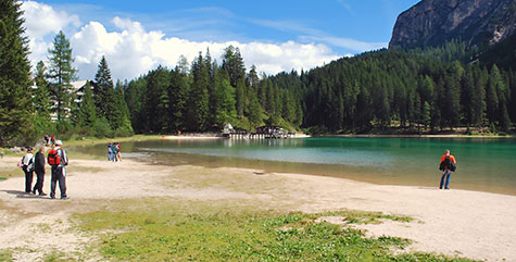 Touristen am Pragser Wildsee